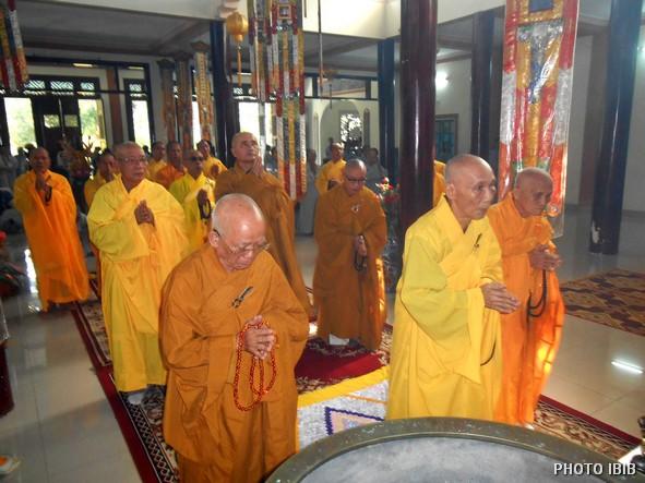 Hoà thượng Viện trưởng niêm hương bạch Phật