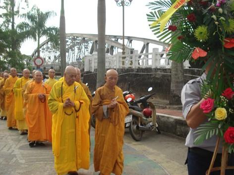 Phái đoàn chư tăng và Phật tử tại Đài tưởng niệm Thánh tử đạo