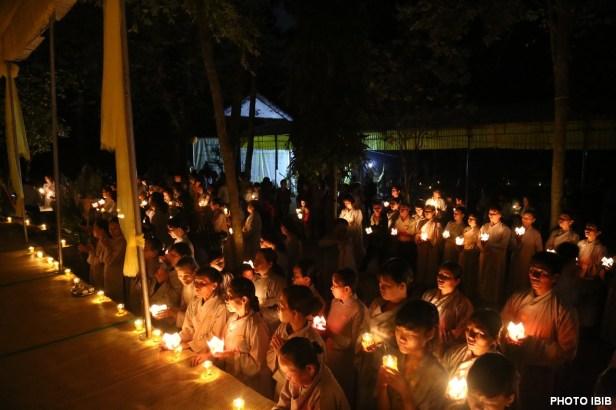 Phật tử thắp nến trước Linh đài và Kim Quang Đại lão Hoà thượng Thích Như Đạt