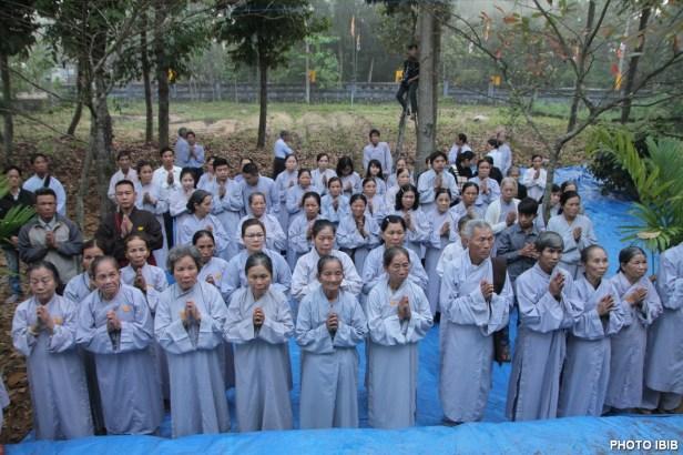 Ngày cũng như đêm Phật tử Huế chí thành cầu nguyện