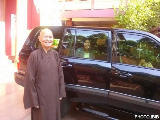 Đức Tăng Thống tiển đưa bà Tổng Lãnh sự Rena Bitter tận sân chùa Thanh Minh Thiền Viện