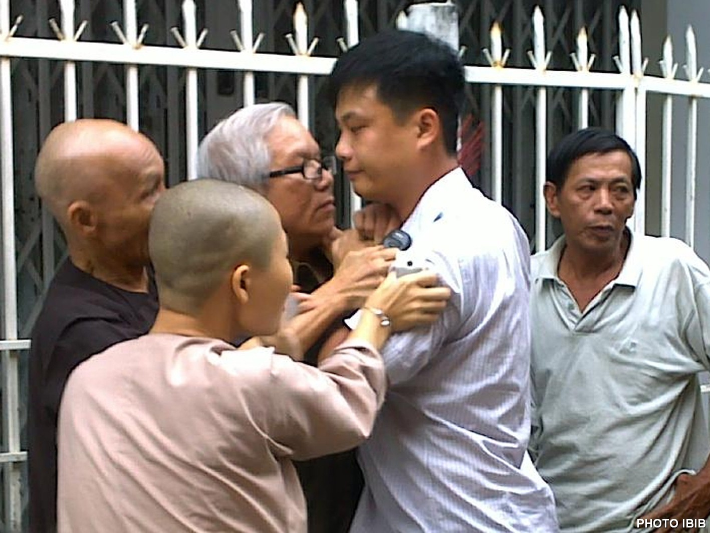 Công an mặc thường phục hành hung Cư sĩ Lê Công Cầu tại chùa Giác Quang ở Đà Nẵng trong một cuộc thăm viếng HT Thích Thanh Quang