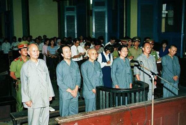 Từ trái sang phải: HT Thích Quảng Độ, Nhật Thường, Thích Nhật Ban, Đồng Ngọc, Thích Trí Lực, Thích Không Tánh tại TAND TPHCM tháng 8 năm 1995 (Photo courtesy of lehienduc.blogspot.com)