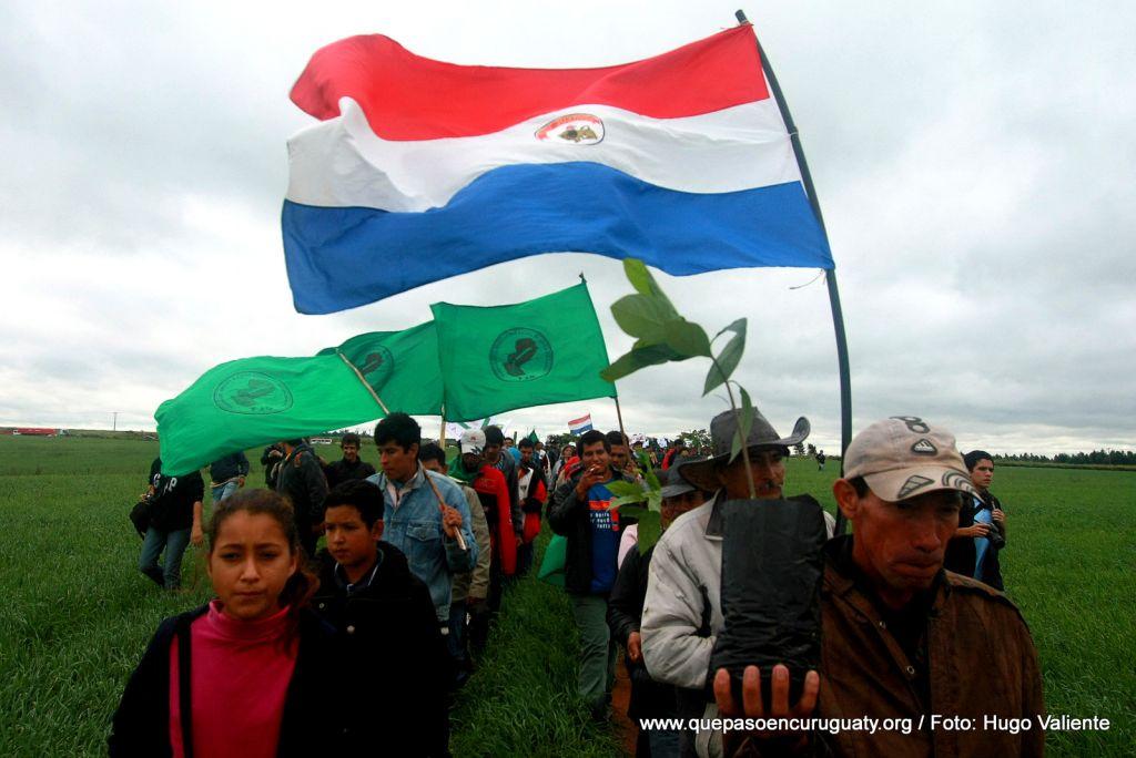 Marcha solidaria a un 1 año de la masacre, ingresando a las tierras de Marina kue. 15 de junio de 2013, Curuguaty.