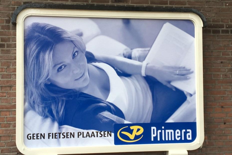 Sticker zijkant pand Primera Nunspeet
