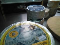 Quesos de El Cabriteru en la quesería de Arenas de Cabrales