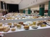 mesas llenas de quesos de todo el mundo en los World Cheese Awards