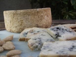 Queso azul de El Cabriteru y almendras