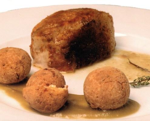 Lomo dulce confitado de cochino negro y albóndigas de queso tierno y millo con salsa de aceitunas verdes