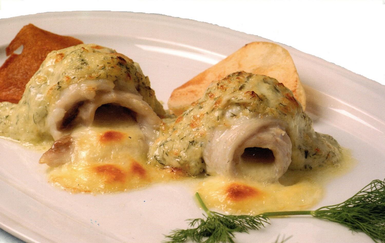 Rollito de sama y queso de media flor gratinado al hinojo con crujiente de papa y batata de medianías