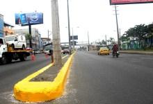 Mantenimiento a puente peatonal frente a la UTEQ; asfaltan  y pintan bordillos en calles que conectan a la Ruta del Río