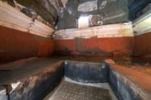 FOTO 3 Veduta dell'interno della camera funeraria con i _letti per le inumazioni © E. Lupoli, Jean Bérard Centre (C_NRS_École française de Rome)