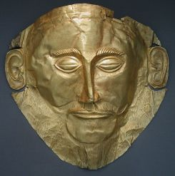 Maschera funeraria di Agamennone in oro trovata nella tomba V a Micene da Heinrich Schliemann (1876), XVI secolo a.C. Museo Archeologico Nazionale, Atene.