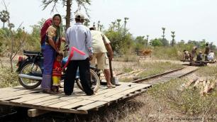 """قطار الخيزران في كمبوديا لم يعد سكان كمبوديا يستخدمون كثيرا قطار الخيزران والمعروف بـ """"نوري"""" في تنقلاتهم. فالقطار تم اختراعه كوسيلة نقل مؤقتة وغير مكلفة. وأصبح قطار الخيزران نقطة جذب كبيرة للسياح، ومن الممكن التنزه عبر حقول الأرز والقرى بواسطة قطار الخيزران بسرعة 50 كيلومترا في الساعة."""