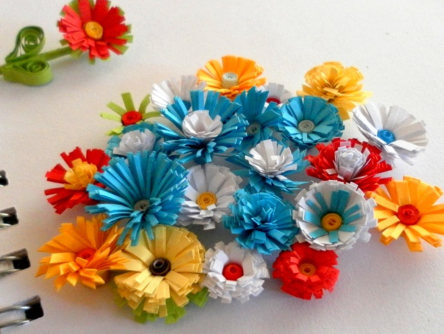 How to make a basic paper quilling fringed flower
