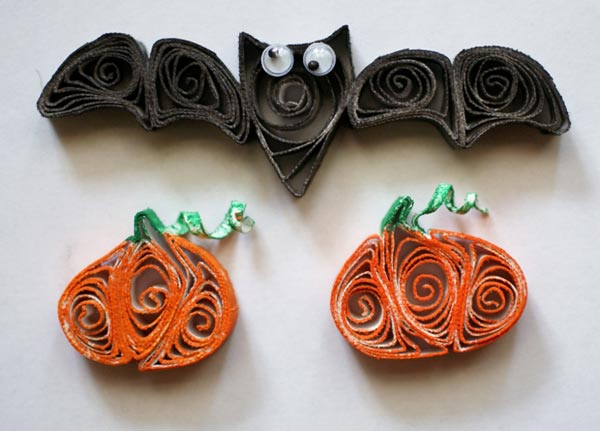 paper quilled bat and pumpkin for halloween tutorial