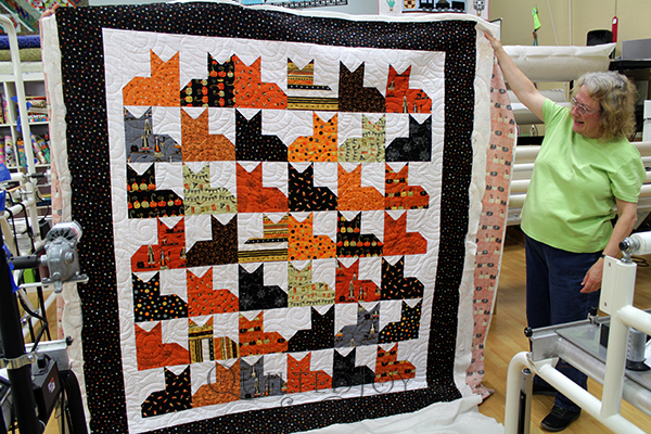 Rita quilted her Halloween themed Pins and Paws Quilt at Quilted Joy.