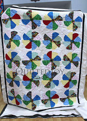 Rebecca's Dresden Plate Quilt after her longarm machine rental at Quilted Joy
