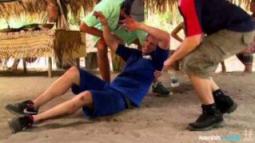 El youtuber Hamish experimentando las dolorosas picaduras de la hormiga bala
