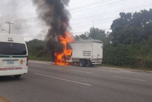 Se incendia camioneta de desayunos escolares
