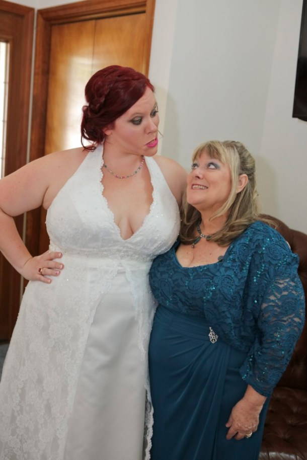hilarious professional wedding photos  mom and daughter