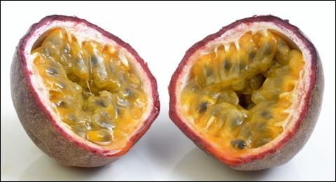 Fruit de la passiflore, une plante grimpante originaire du Brésil.