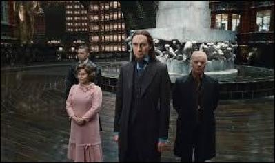 Sur la statue du ministère, qui porte le personnage principal ?