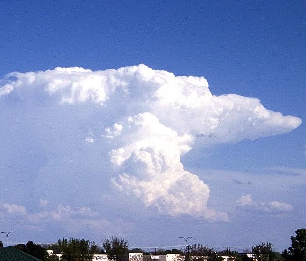 Awan Cumulonimbus tampak dari jauh