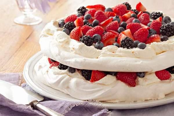 tarta-merengue-y-fresas-frutas-del-bosque