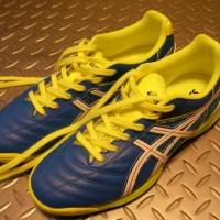 踵骨骨端症と子ども用サッカーのトレーニングシューズ。
