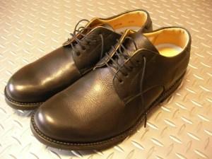 くるぶしが革靴に当たって痛い。