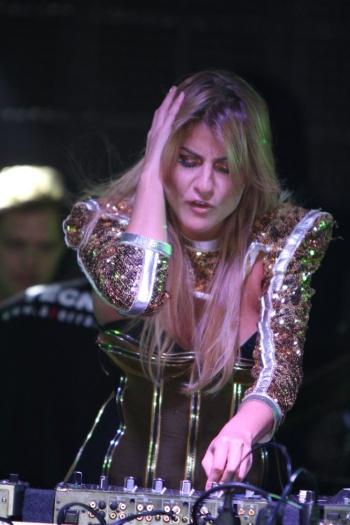 A DJ MissCady,cunhada de Ivete Sangalo, lançou a música Losing Control no projeto Mirante D'A Zorra; canção foi cantada por Ivete, em inglês