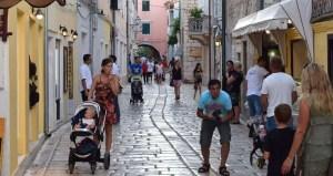Srednja ulica bij de stad Rab Kroatië