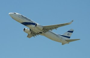 an el al israel plane flying