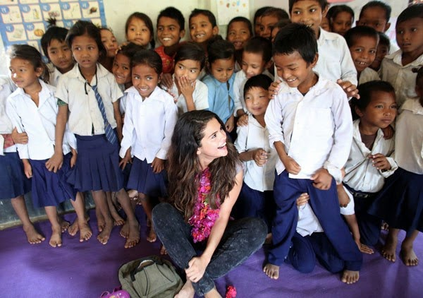 Selena-Gomez-With-Childrens-in-Nepal-rabinsxp-photo