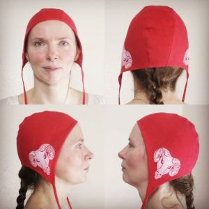 Small size red linen coif / arming cap made from red linen, printed by hand in white with a handcut ram head stamp. Pre-washed fabric, ready to wear & machine washable!