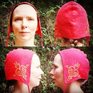 Medium size red linen coif / arming cap made from red linen, printed by hand in yellow with a handcut 12th century inspired stamp. Pre-washed fabric, ready to wear & machine washable!