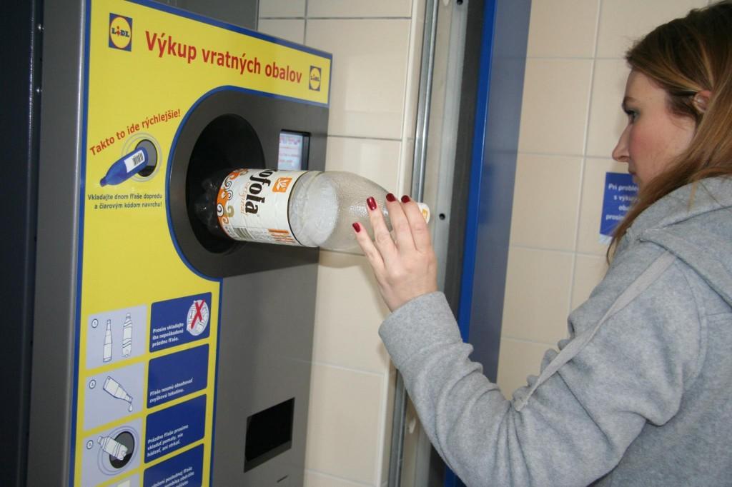 3. PET fľaše vhoďte do vratných automatov, ktoré sú v každom LIDLi. Fľaše nesmú byť zlisované ani priveľmi pokrčené, môžu ale nemusia mať vrchnák a do automatu sa vsúvajú dnom vpred.