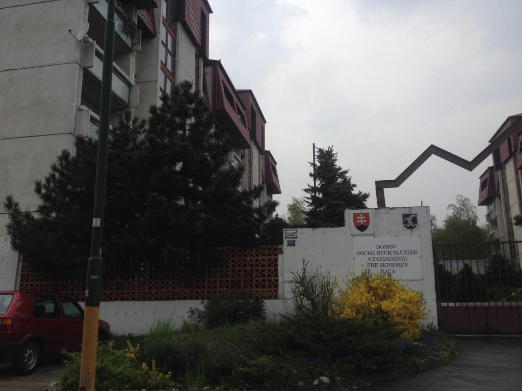 Domov sociálnych služieb a zariadenie pre seniorov Bratislava Rača je na ulici Pri Vinohradoch.