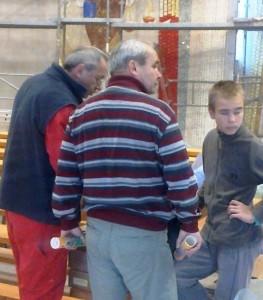 Ivan Marko Rupnik (vľavo) pri práci na mozaike.
