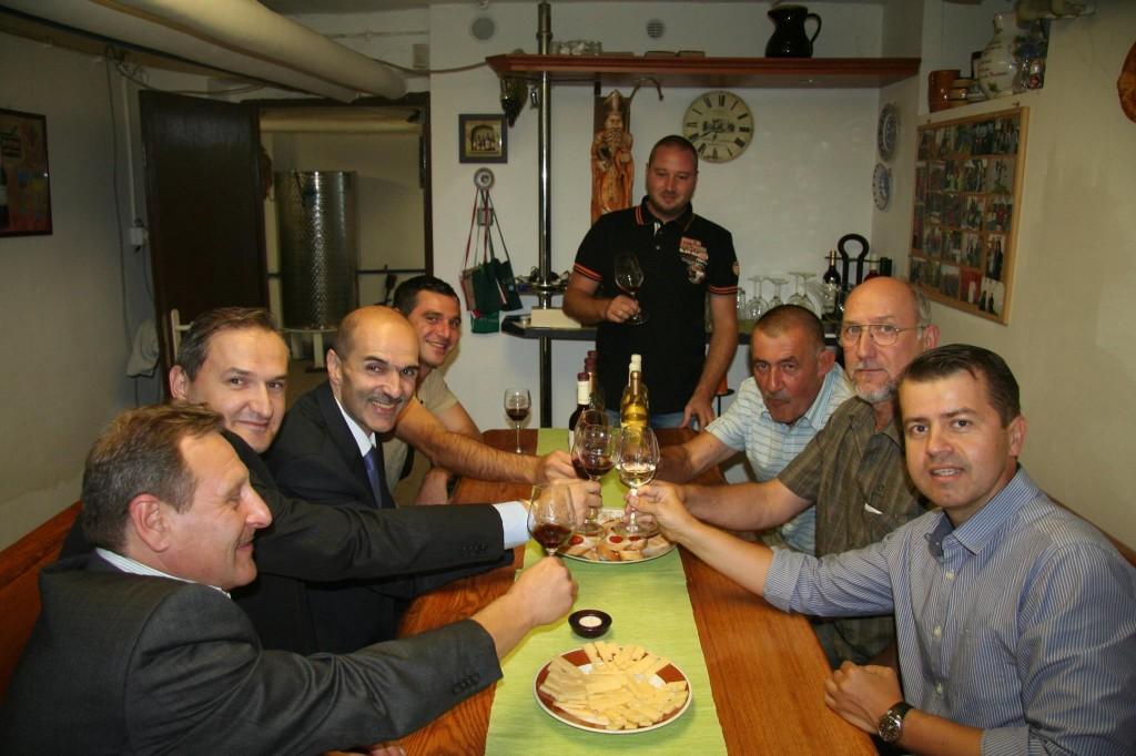 Na zdravi! Gruzínska delegácia, spisovateľ Gustáv Murín, vinár Dušan Žitný a starosta Peter Pilinský.