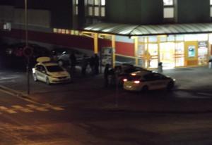 Ľudia nafotili situáciu po príchode polície, ktorá stála pri predajni terno na Hubeného ulici.