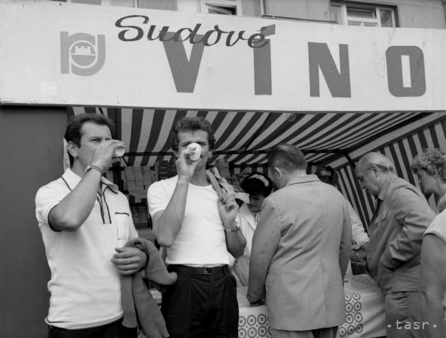 Malokarpatské oberačkové slávnosti 1986: Manifestácia pracujúcich a pestrofarebný alegorický sprievod. Zdroj: TASR/teraz.sk