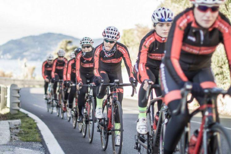 La squadra Juniores-Élite 2018 durante un allenamento in Liguria
