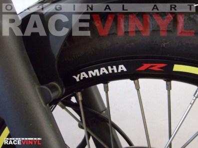 Yamaha Tricker 125 250 Racevinyl vinyl sticker stripes rim pegatina llanta rueda vinilo moto frontal detalle