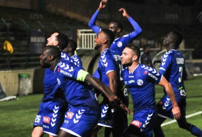 Des Strasbourgeois fous de joie et qui viennent partager leur joie avec le kop au Stade Bauer, à St Ouen.
