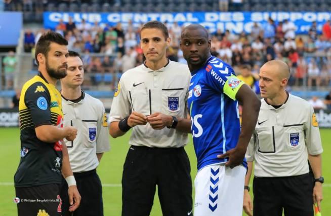 Le trio arbitral et les deux capitaines G. Pinaud et E. Seka