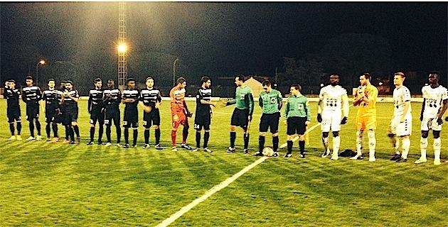 Les deux équipes avant le coup d'envoi au Stade Claude Papi