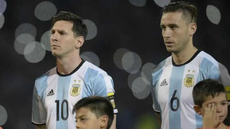 Lucas Biglia junto a Lionel Messi en la Selección Argentina.