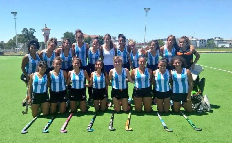 Formación del equipo de hockey femenino de Racing, con Daniela Sruoga.